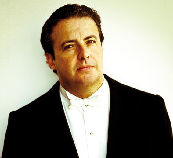 Conductor Juano Mena